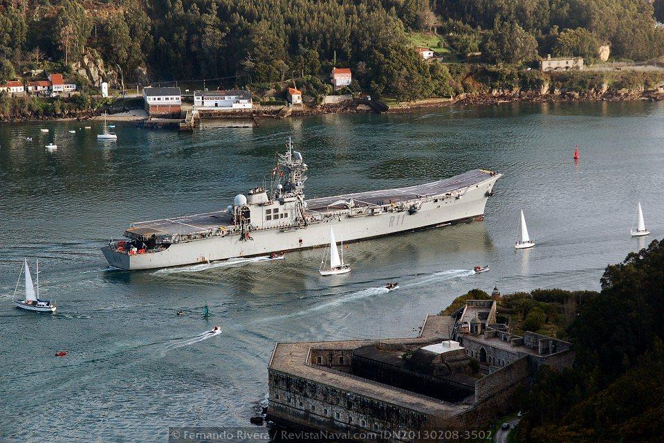 Goletas-escuela de A Graña pasando junto al buque frente al castillo de la Palma (Foto: Fernando Rivera/Revista Naval)