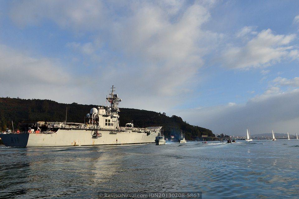El R-11 «Príncipe de Asturias» se encuentra de vuelta encontrada con una formación de buques de la Escuela de Maniobra (Foto: Xoán Porto/Revista Naval)