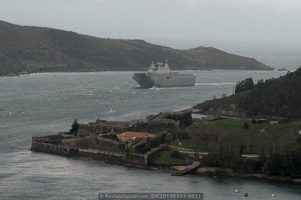 El «Juan Carlos I» entrando en la ría de Ferrol en la amanecida del 11 de marzo (Foto: Xoán Porto/Revista Naval)