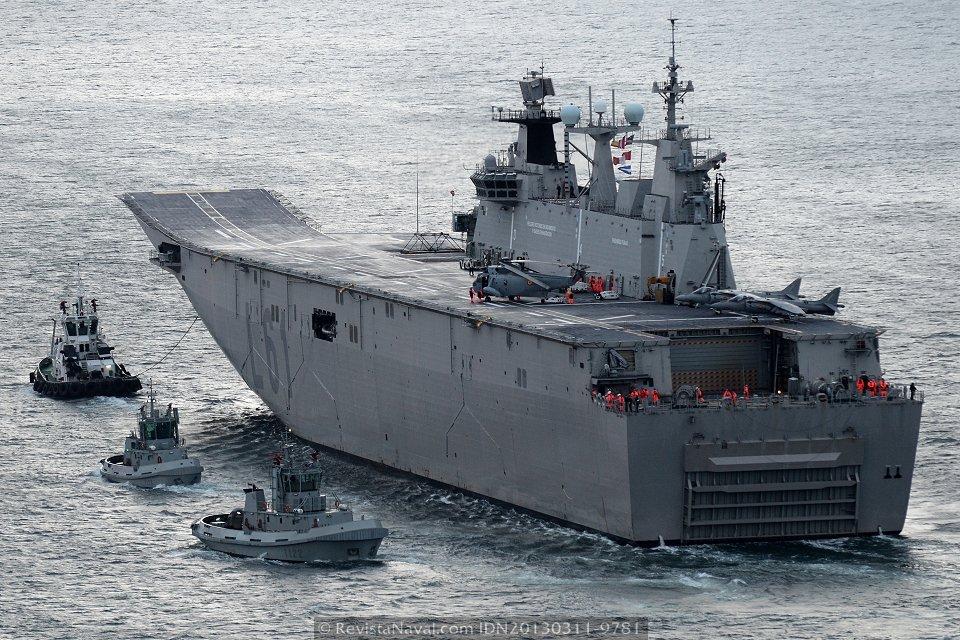 El buque entrando en bahía acompañado por los remolcadores Y-122, Y-126 e «Ibaizábal Cinco» (Foto: Xoán Porto/Revista Naval)