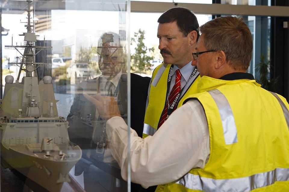 El ministro de Material de Defensa, Mike Kelly, observa un modelo a escala del futuro AWD (Foto: Ministerio de Defensa de Australia)